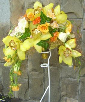 Дугообразный букет из роз и орхидей