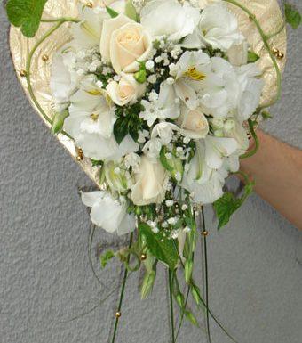 Дисковый букет в форме сердца из роз и эустомы